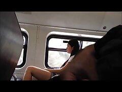 Lucha con una chica mimada en el parque. ver videos pornos reales