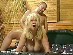 La sexy pelirroja Rose Gold paga por un porno anal casero real nuevo televisor con sus agujeros mojados, debt4k Studio.